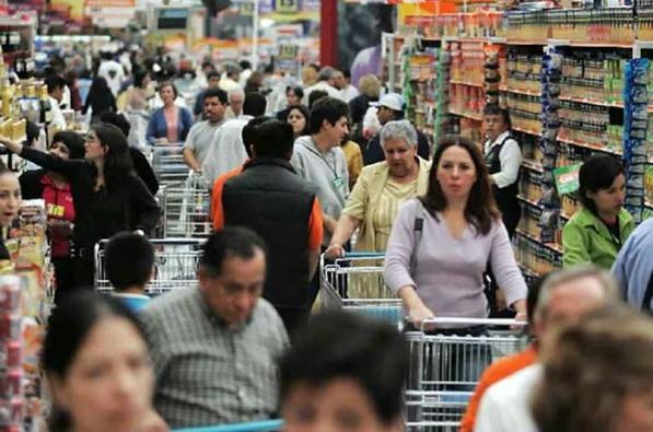 Menor inflación impulsa confianza del consumidor en mayo