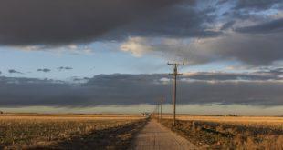 postes de luz, telecomunicaciones, carretera, red eléctrica