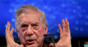 Vargas Llosa se recupera en hospital de Madrid tras caída en su casa