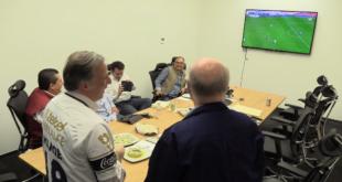 Meade sigue partido entre Pumas y Chivas en compañía de José Narro