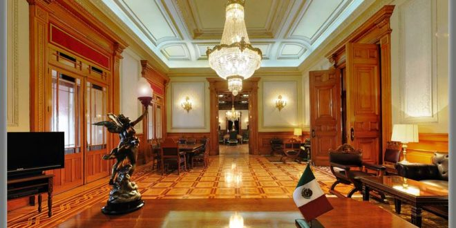 Cesan a empleados que permitieron sesión de #LadyLencería en Palacio Nacional