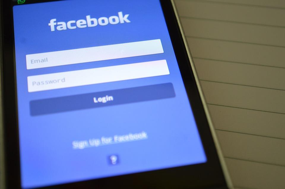 Facebook hace historia al sufrir la peor caída accionaria en Wall Street