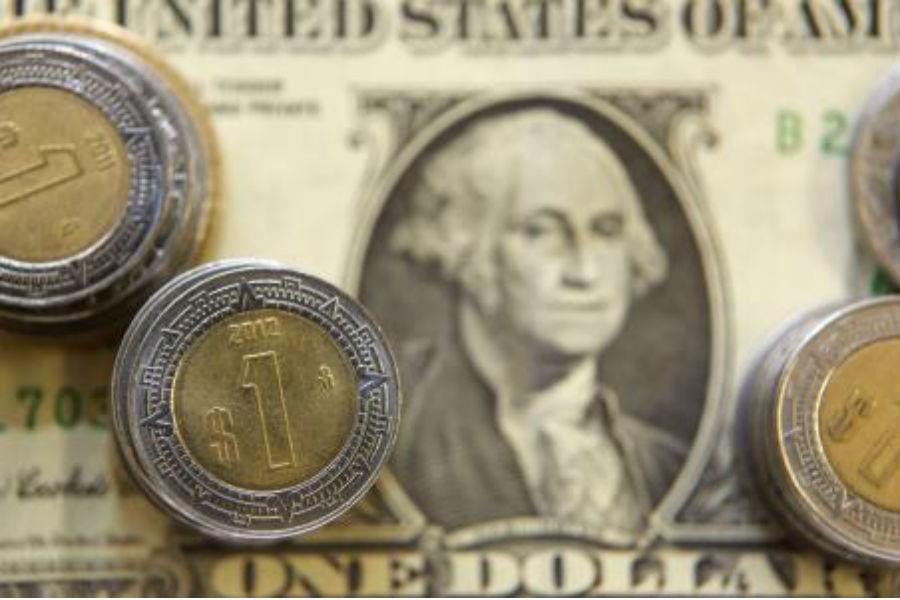 El peso respira tras desplome en Wall Street