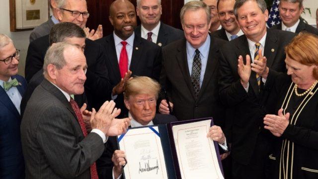 Promulga Trump ley que suaviza regulaciones a la banca