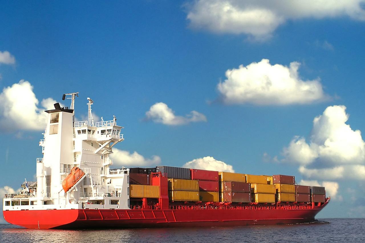 Guerra comercial sigue exprimiendo a China; sus exportaciones caen por cuarto mes