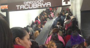 Usuarios del metro reportan marcha lenta y caos en las estaciones