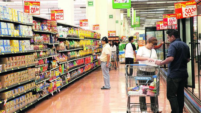 Empleo en comercios minoristas sube en junio, pero sueldos siguen cayendo