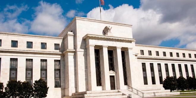 Faltan más recortes a la tasa para contrarrestar riesgos, apunta funcionario de la Fed