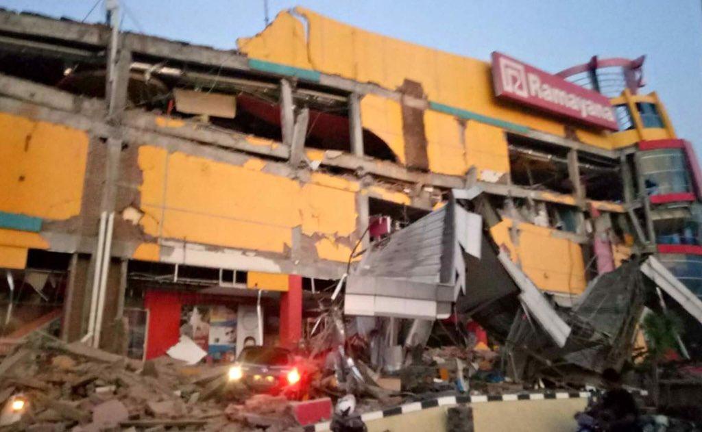 Tsunami impacta Indonesia tras terremoto de 7.5