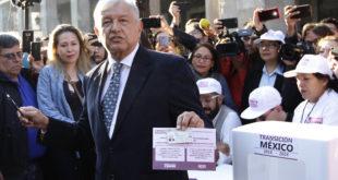 """""""Por la democracia"""", AMLO deja en blanco su boleta en consulta sobre el NAIM"""