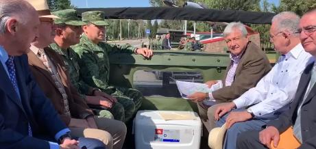 López Obrador recorre la base militar de Santa Lucía
