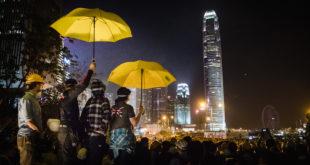 Cientos de miles protestan en Hong Kong bajo la lluvia