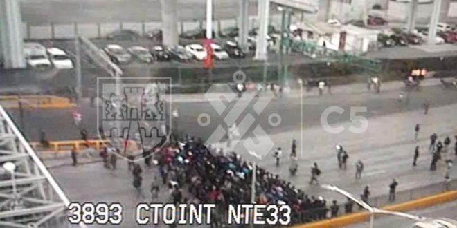 Policías Federales bloquean Circuito Interior; afectan a usuarios del AICM