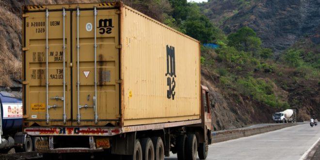 Denuncian 9 empresas a normalistas en Michoacán por asaltos a camiones de carga