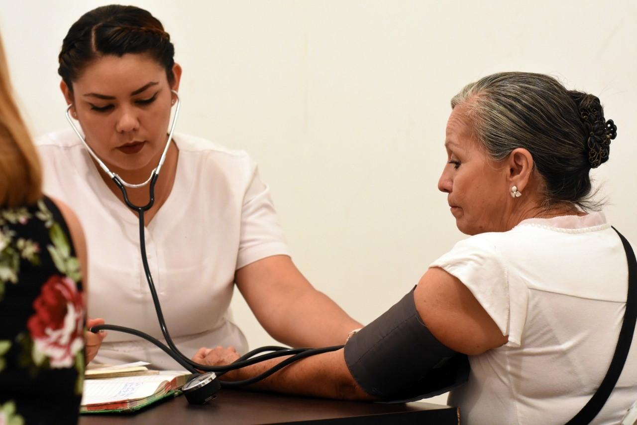 INSABI dará atención médica gratuita, asegura AMLO; Secretaría de Salud lo contradice