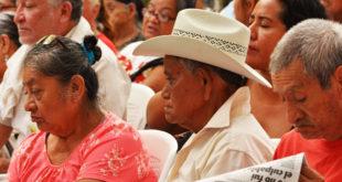 Diputados reciben iniciativa de AMLO para que becas y pensiones sean derecho