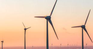 Eólicas se amparan contra cambios a regulación de energías limpias