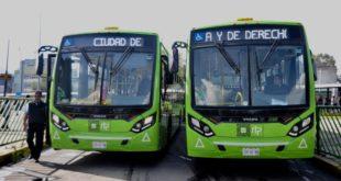 Transportistas se manifiestan en el Zócalo; piden aumento a la tarifa