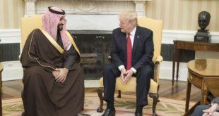 """Arabia Saudita y Rusia podrían estar más cerca de un acuerdo que acabe con la guerra de petroprecios, de acuerdo con Donald Trump. El presidente de los Estados Unidos dijo haber sostenido una llamada con el príncipe saudí (Mohamed bin Salman) y con el presidente ruso (Vladimir Putin) el jueves. """"Tengo expectativas y esperanzas de que ambos recortarán [producción de crudo] en 10 millones de barriles aproximadamente, quizá mucho más […] Podrían llegar hasta los 15 millones de barriles. ¡Buenas (TREMENDAS) noticias para todo!"""", escribió Trump en su cuenta oficial de Twitter. https://twitter.com/realDonaldTrump/status/1245720677660925952 https://twitter.com/realDonaldTrump/status/1245726411526221824 El mercado petrolero respondió con júbilo. A las 10:18AM, el barril de WTI se vendía en 24.98 dólares por barril, un brinco de 22.99% respecto a su precio de la sesión anterior. El Brent cotizaba en 30.34 dólares por barril, un alza de 23.00%. La guerra de precios petroleros se ha vuelto una de las principales amenazas para la economía global. El valor del crudo se desplomó después de que estallaran las tensiones entre Arabia Saudita y Rusia en la última reunión de la Organización de Países Exportadores de Petróleo (OPEP). Los rusos se negaron a recortar la producción para elevar precios, rompiendo con el pacto de los otros países miembros. Los saudís respondieron inundando el mercado petrolero con su mezcla y aplanando los precios. Trump mencionó el mes pasado que Estados Unidos mediaría entre ambos países para restaurar el mercado petrolero. Según el secretario de Hacienda y Crédito Público, Arturo Herrera Gutiérrez, México se encuentra haciendo lo mismo. Arabia Saudita convoca reunión de emergencia de la OPEP Los saudís convocaron el mismo día a una reunión de emergencia de los países miembros de la OPEP+ para la que hay esperanzas de que se alcance un acuerdo que enderece la trayectoria abismal de los precios petroleros. """"Este llamado se realiza en el marco del esfuerzo """