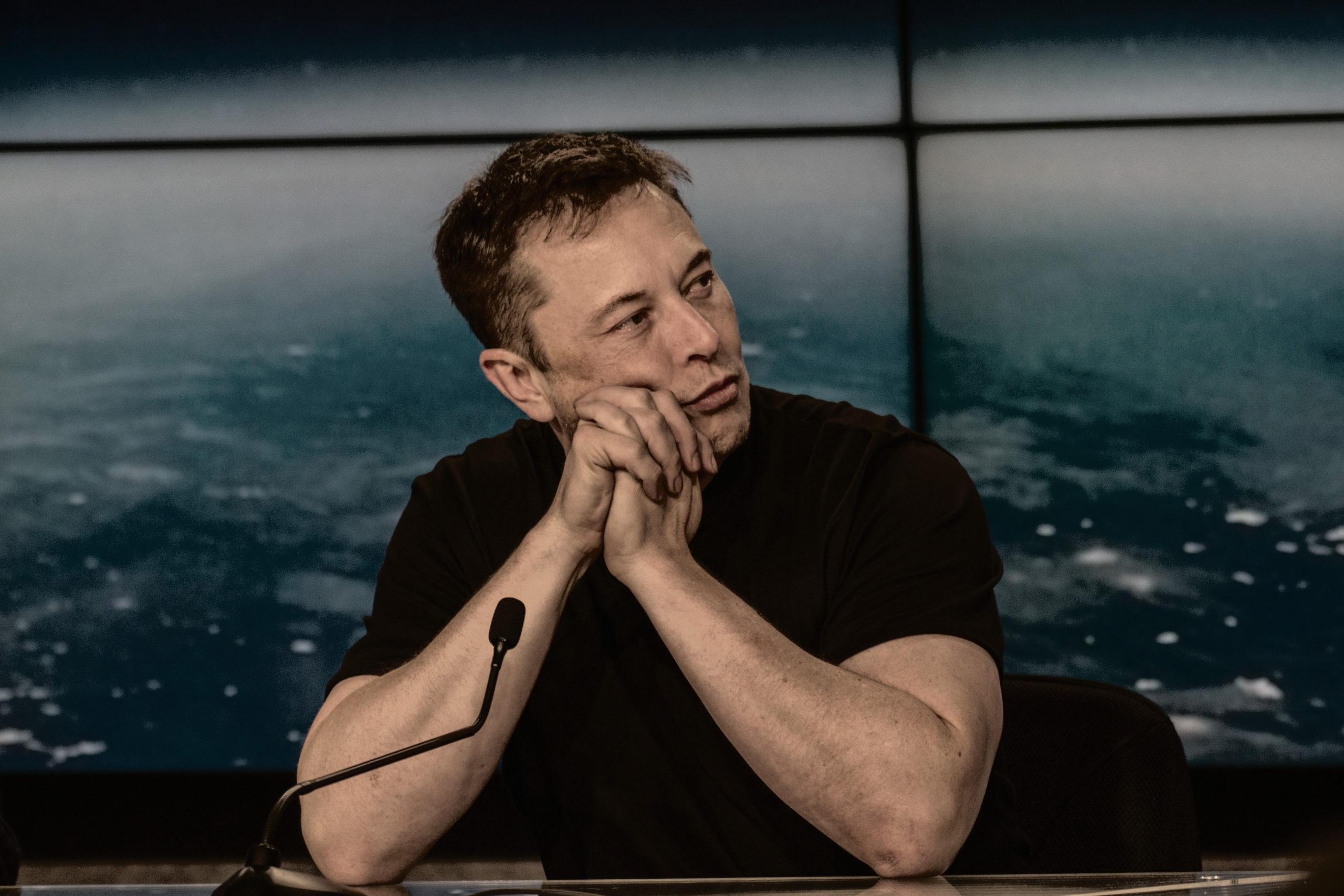 Tesla resbala y azota en su debut dentro del S&P 500