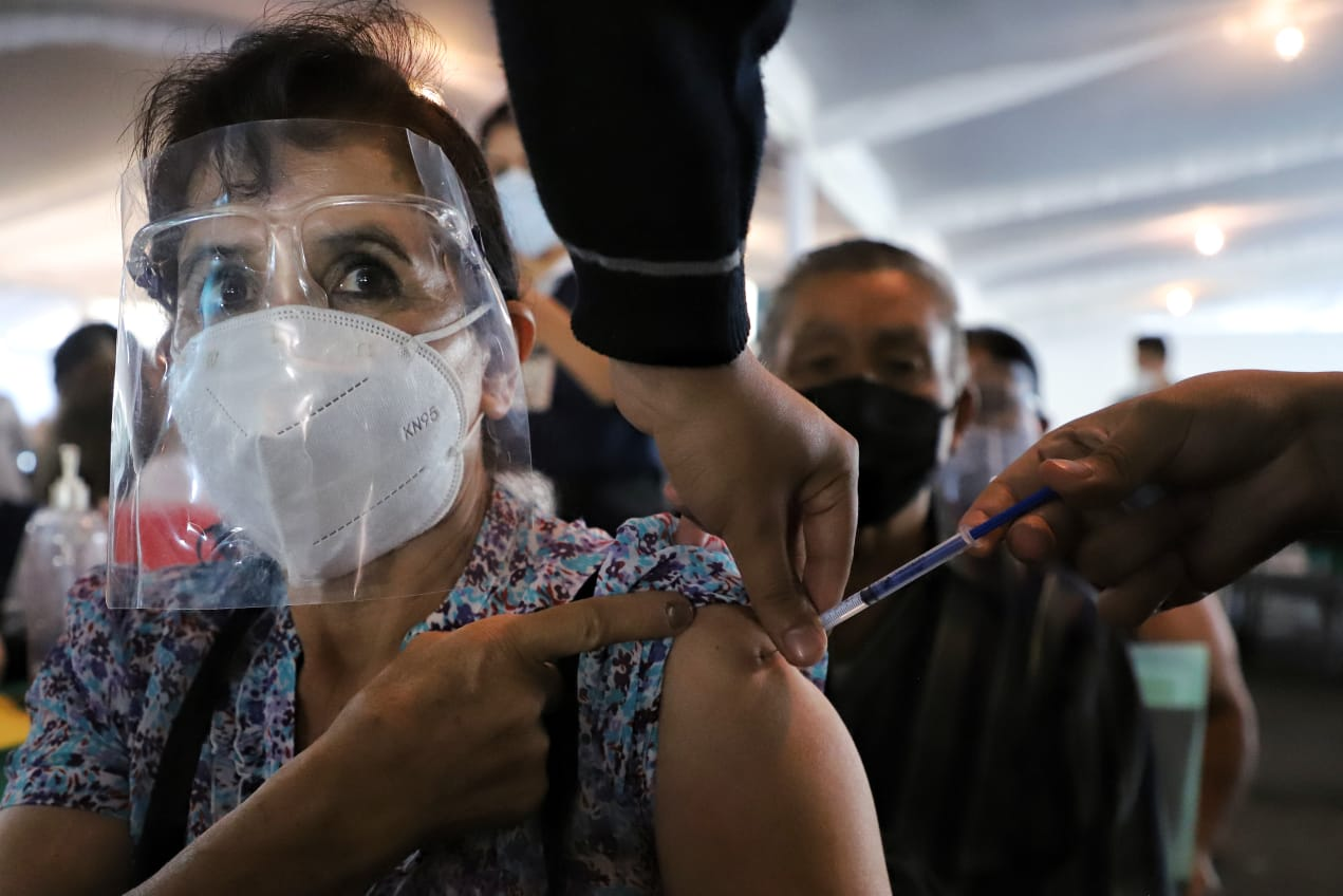 COVID, Se apurará vacunación de adultos mayores antes de que llegue tercera ola de COVID: AMLO